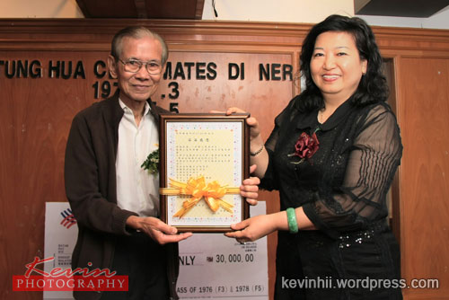 Organising Chairman Mdm Lau Mee Choo give the souvenir to SMK Tung Hua Past Headmaster